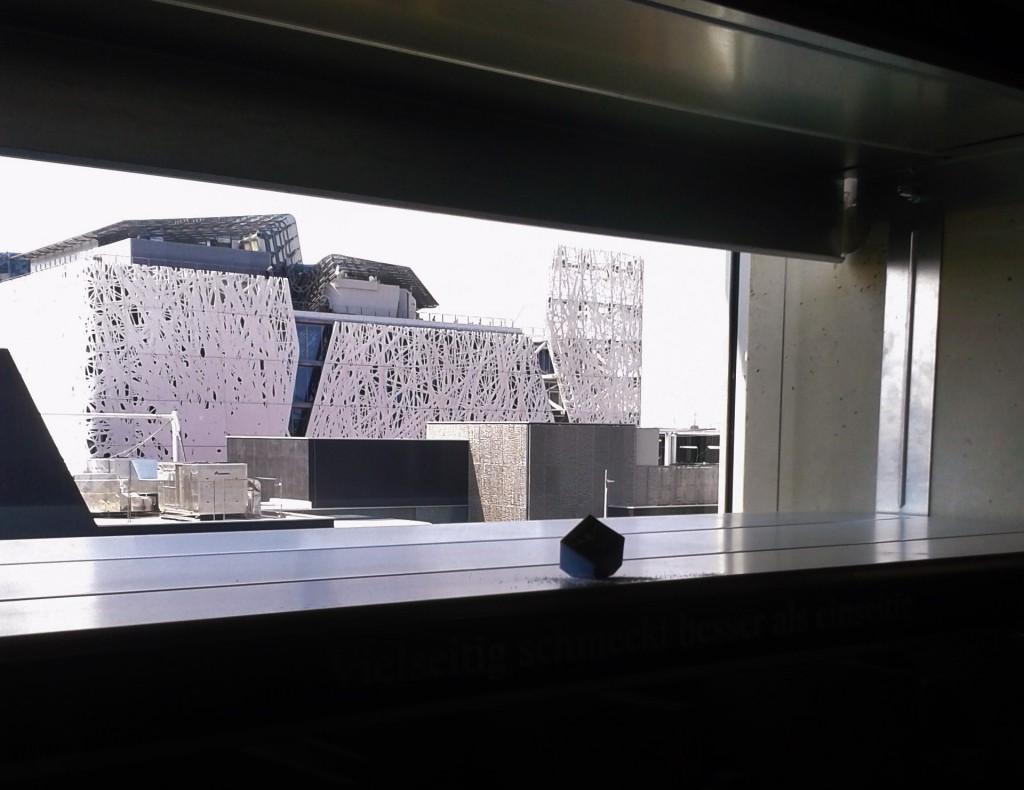Le pavillon italien vu depuis le pavillon suisse, avec un petit cube de Sel des Alpes laissé là par hasard...